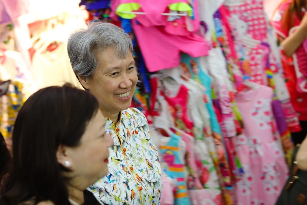 Phu nhan Thu tuong Ly Hien Long tham quan khu mua sam o TP.HCM hinh anh 5