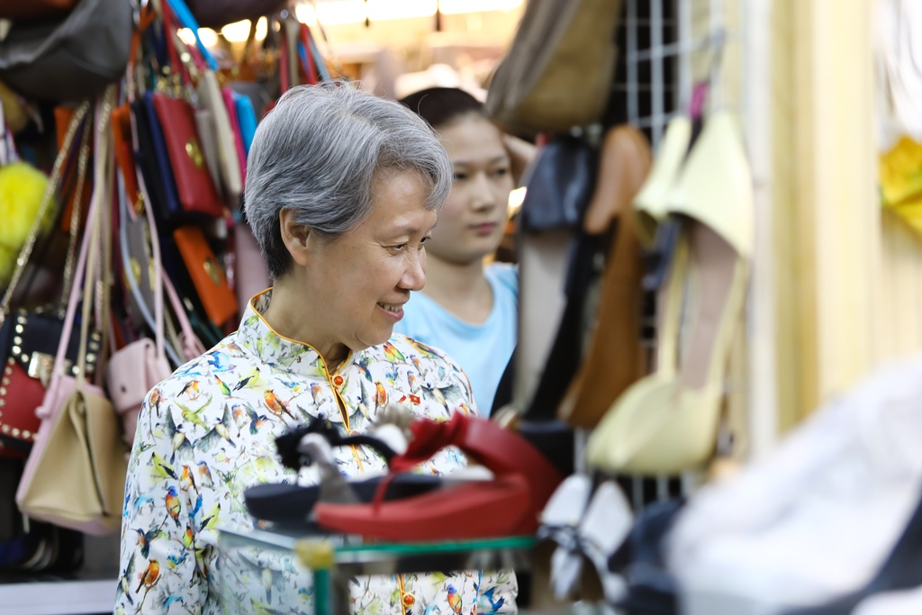 Phu nhan Thu tuong Ly Hien Long tham quan khu mua sam o TP.HCM hinh anh 3