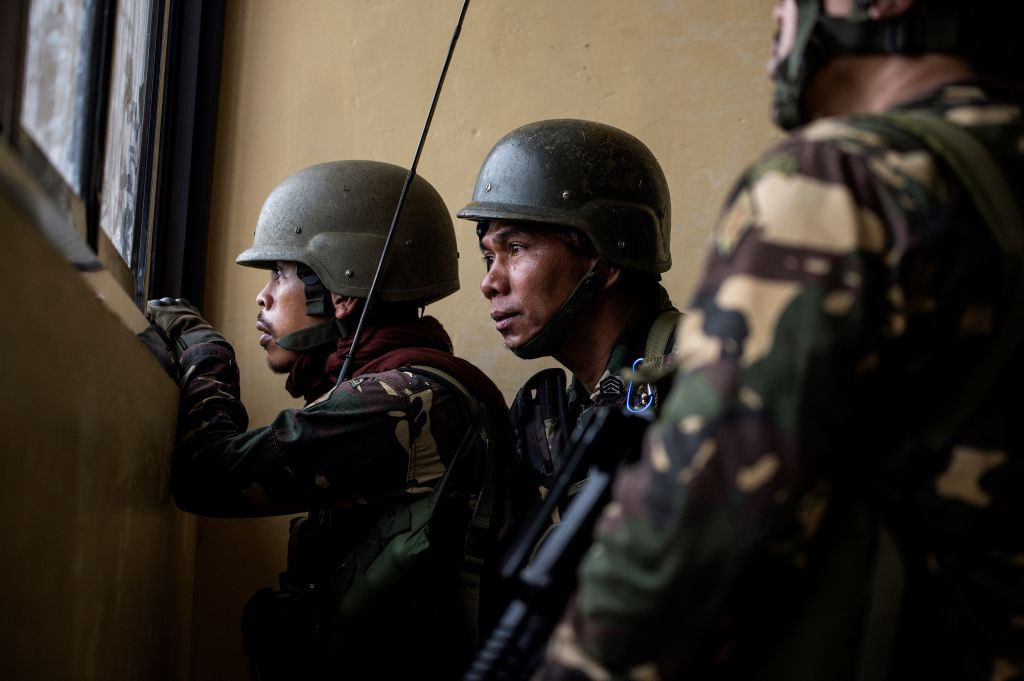 May bay My va Philippines quan thao tren bau troi Marawi hinh anh 4