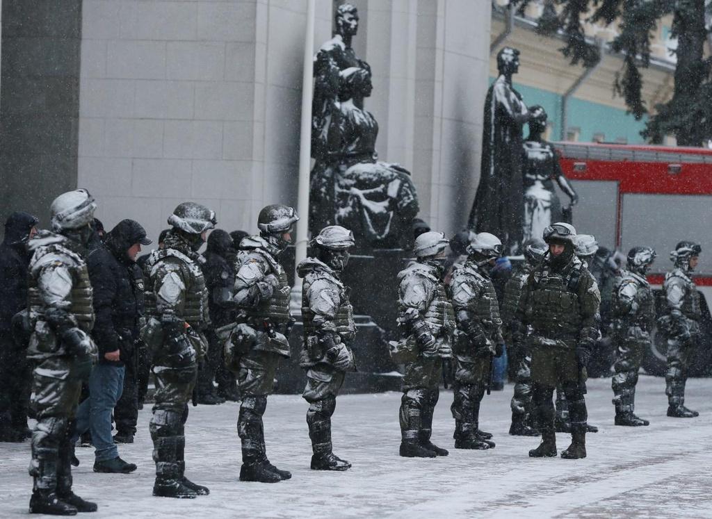 Ukraine: Nguoi bieu tinh dung leu 'giau' cuu tong thong Gruzia hinh anh 4