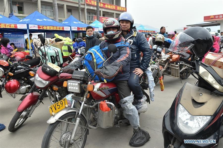 Dam truong di xe may ve que an Tet cua nguoi lao dong Trung Quoc hinh anh 3