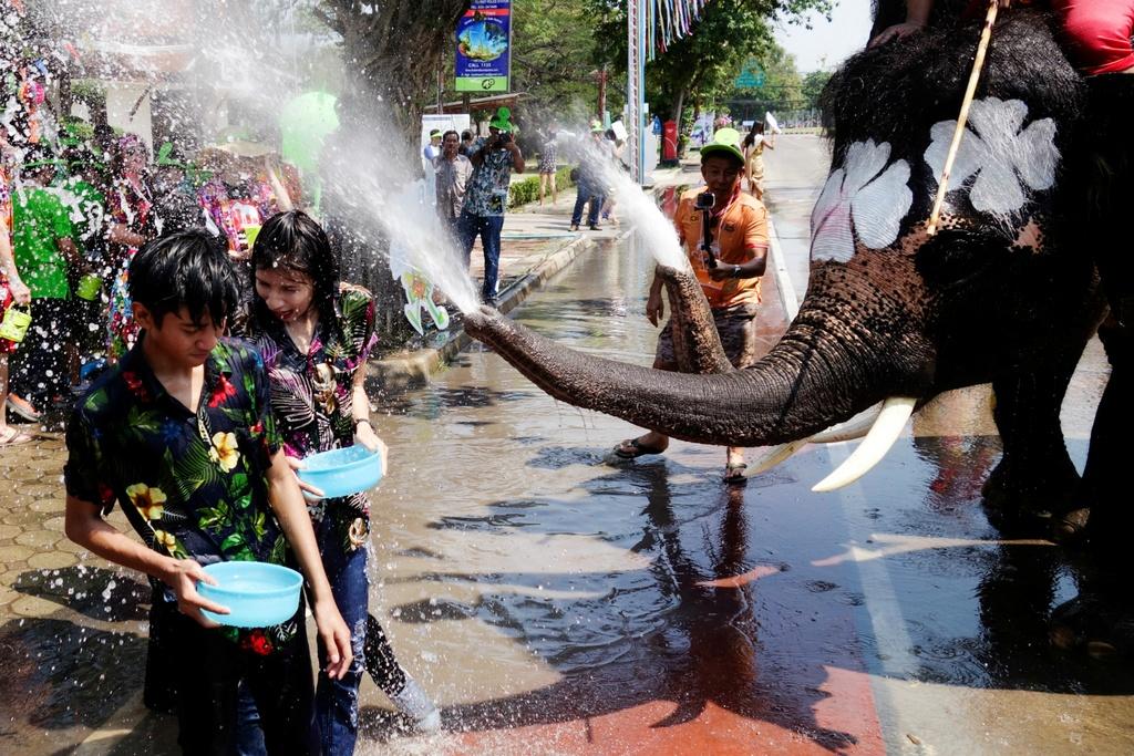 Thai Lan ron rang truoc Songkran dau tien sau quoc tang hinh anh 10