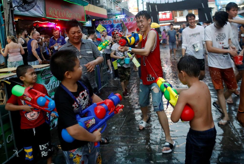 Thai Lan ron rang truoc Songkran dau tien sau quoc tang hinh anh 3