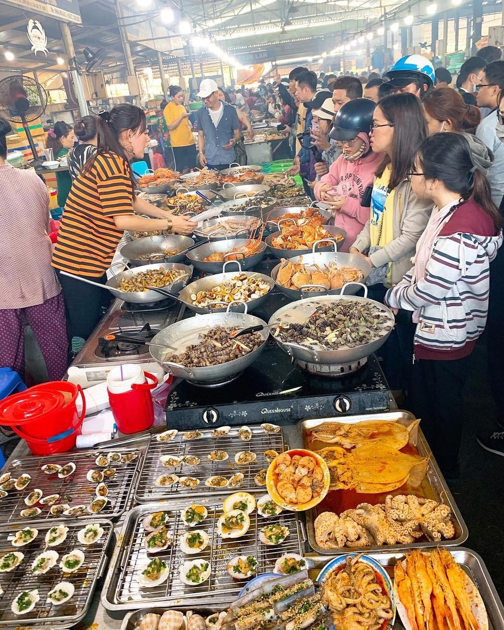 Khu chợ ngập hải sản 'giá mềm' ở TP.HCM