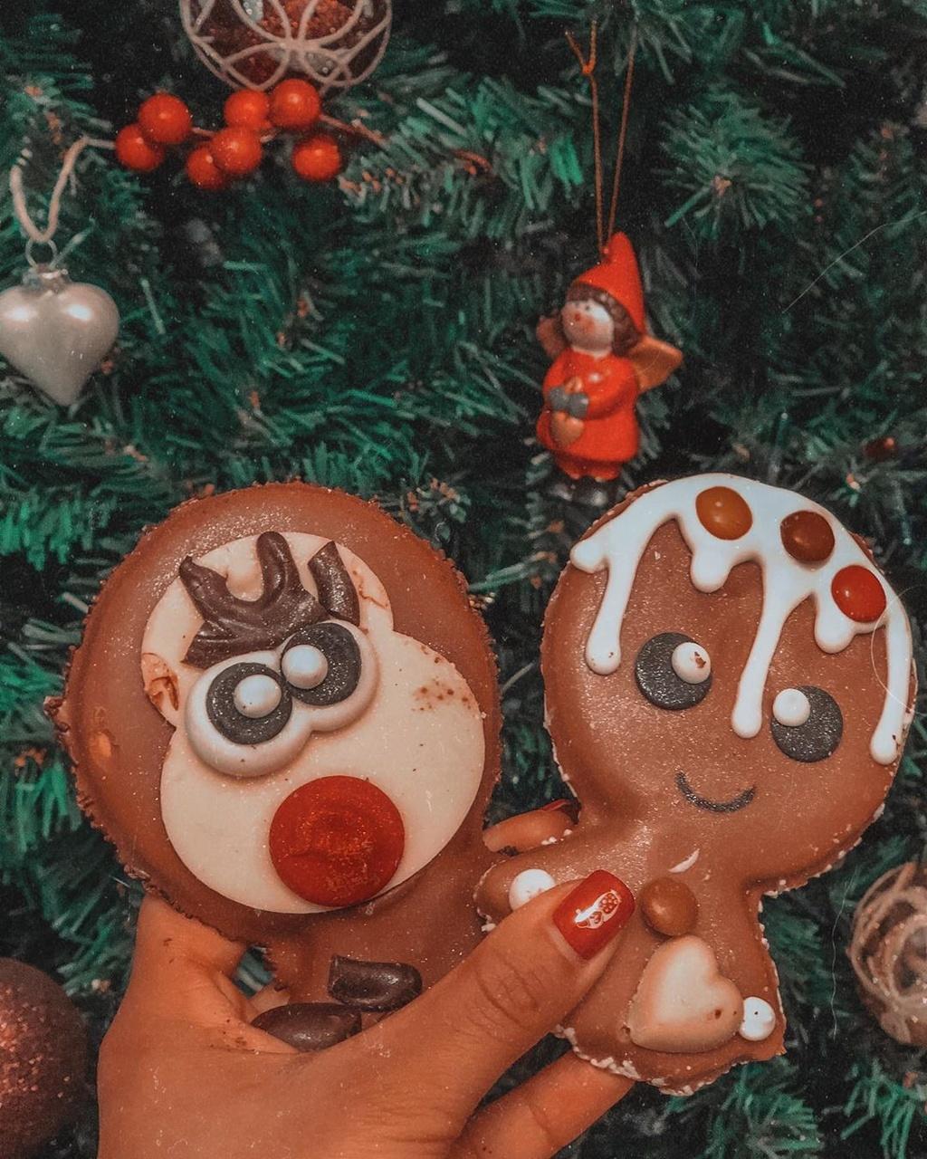 Món quà tặng phổ biến nhất vào ngày 14/2 tại nước Đức là những món quà gắn với những ký hiệu tình yêu cùng lời chúc Valentine yêu thương. Ngoài những cây kẹo mút có khắc dòng chữ ngọt ngào, các cặp đôi ở Đức cũng sẽ tặng nhau món bánh quy gừng có phủ bên trên thông điệp tình yêu. Ảnh: Aboutcarolina__.