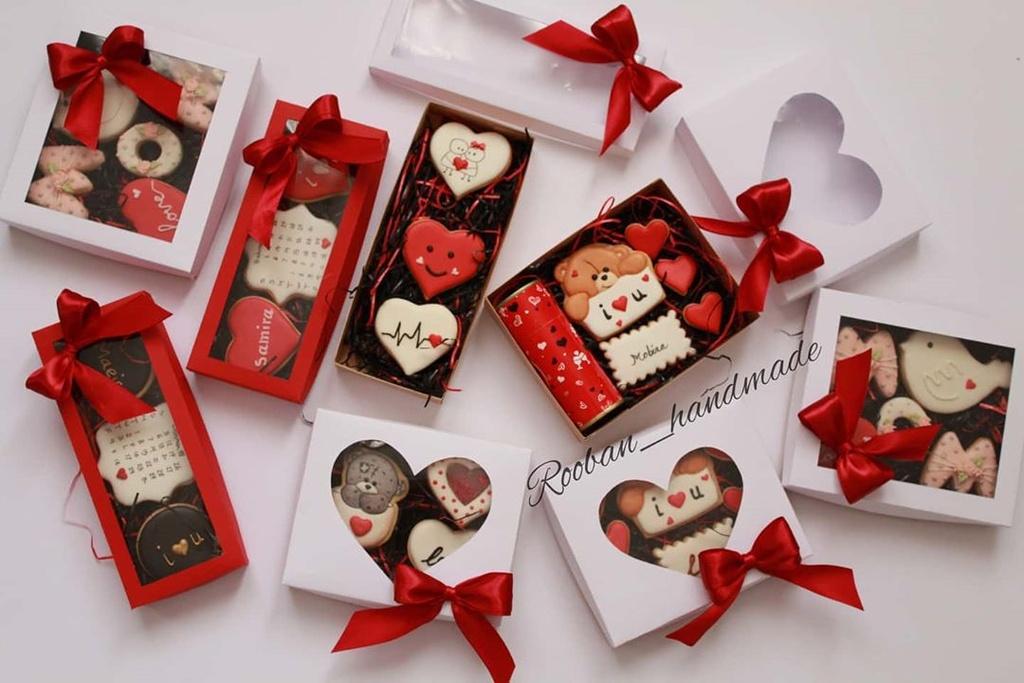 Người Mỹ đón chào Valentine một cách hiện đại. Các cặp đôi thường ăn mừng ngày lễ tình yêu bằng cách gửi thiệp, hoa hồng tươi, chocolate, kẹo ngọt và ăn tối hay dự tiệc khiêu vũ cùng nhau. Tuy nhiên, một số nơi còn tổ chức ngày Valentine một cách kín đáo tại nhà riêng hoặc nhà hàng với hoa tươi và kẹo. Ảnh: Rooban_handmade.