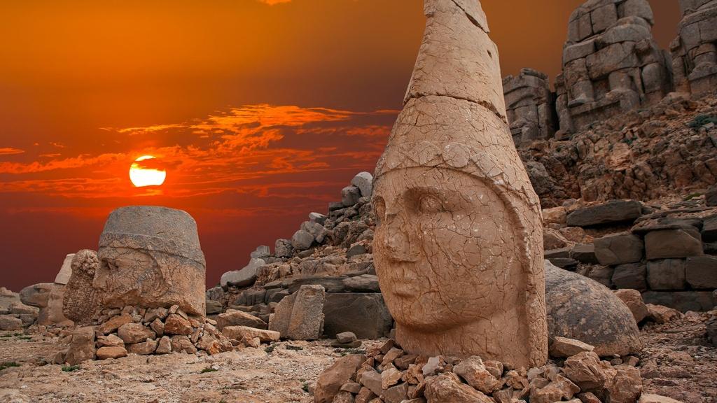 Nằm ở phía đông nam Thổ Nhĩ Kỳ, núi Nemrut có độ cao hơn 2.100 m so với mực nước biển đang là một trong những điểm đến được du khách yêu thích. Trên đỉnh núi là các pho tượng khổng lồ, có chiều cao gần 10 m kỳ bí, ma mị. Khu vực này được phát hiện bởi một kỹ sư người Đức vào năm 1881. Đến năm 1987, khu khảo cổ ở núi Nemrut nổi tiếng được UNESCO công nhận là Di sản Thế giới. Ảnh: Anadolu Hayat Emeklilik.