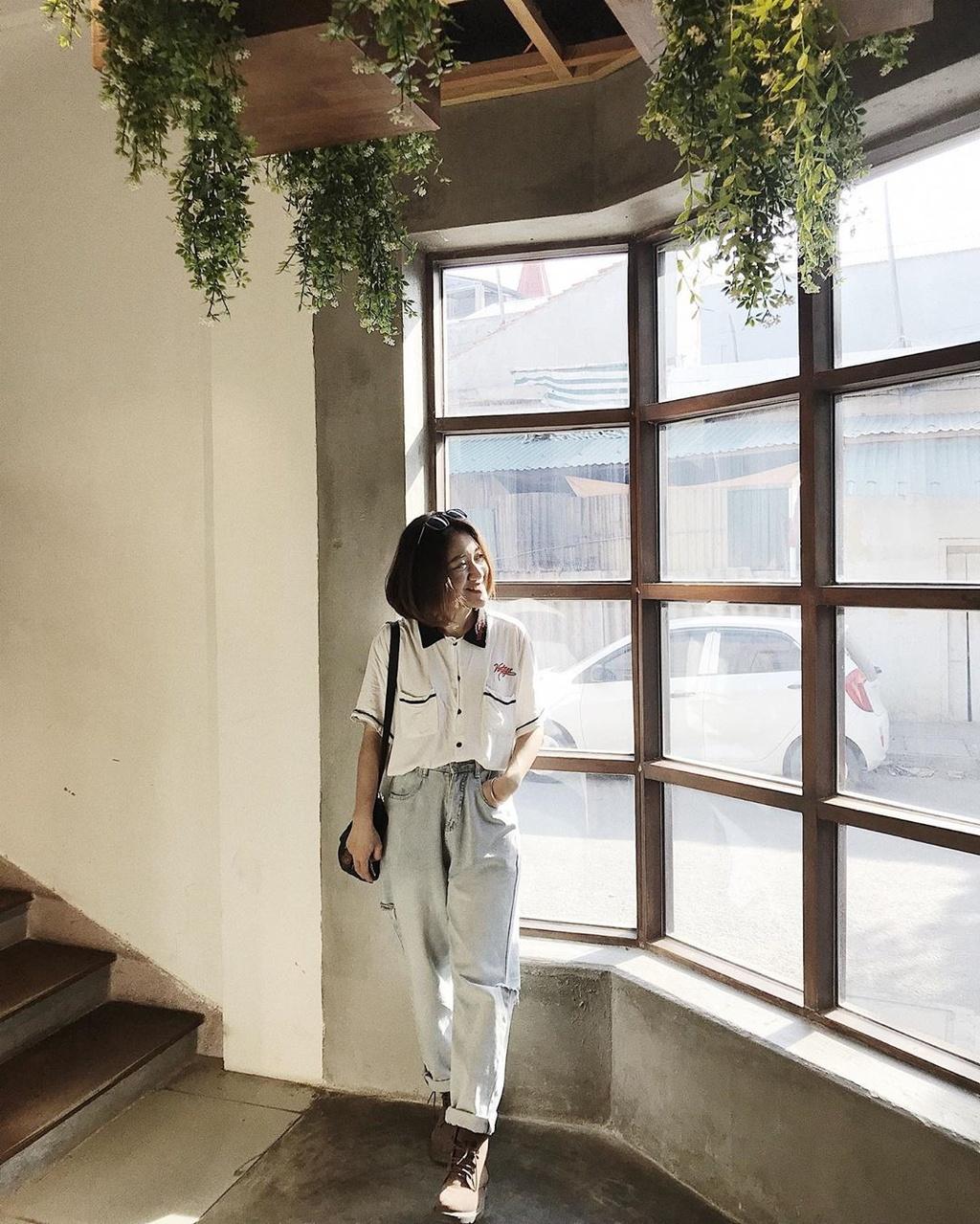 Atena Bakery & Cafe: Quán cà phê kết hợp tiệm bánh nhỏ xinh xắn là điểm đến mà bạn có thể lưu lại cho chuyến đi Quảng Bình. Tiệm cà phê nằm ở vị trí dễ tìm, trang trí theo phong cách sang trọng, kết hợp nét kiến trúc Á - Âu với cửa kính rộng, cây xanh và bàn ghế gỗ. Không gian thoáng mát, riêng tư phù hợp cho các cuộc gặp gỡ, hẹn hò của bạn. Ảnh: Nininana225, atenabakery.