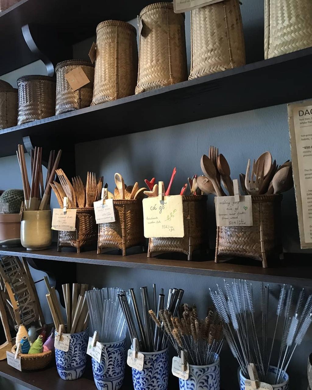 Bước chân vào quán cà phê nhỏ, bạn sẽ nhanh chóng cảm nhận sự gần gũi, ấm áp. Nhiều cây xanh, hoa được bày trí trong không gian cùng các vật dụng trang trí quen thuộc như tre, gỗ, gốm...