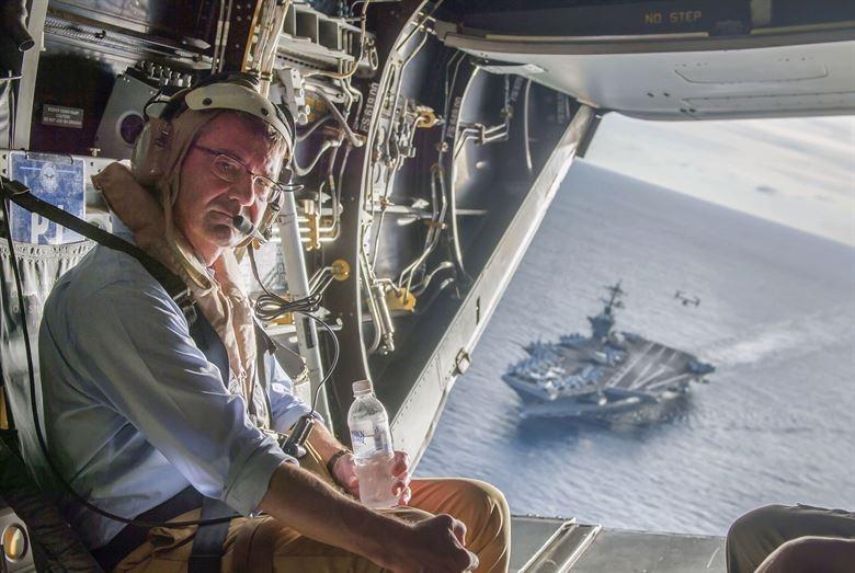 Toan canh Bien Dong day song nam 2015 hinh anh 10 Bộ trưởng Quốc phòng Mỹ Ashton Carter lên trực thăng để ra thăm tàu sân bay USS Theodore Roosevelt hoạt động ở Biển Đông ngày 6/11. Ảnh: DOD