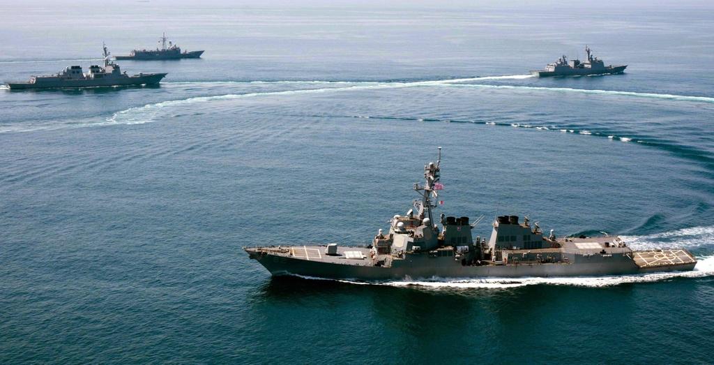 Toan canh Bien Dong day song nam 2015 hinh anh 8 Trung Quốc cử 2 tàu ra cảnh báo tàu khu trục mang tên lửa dẫn đường của Mỹ, USS Lassen, khi nó đến gần đảo nhân tạo do Trung Quốc bồi lấp trên Biển Đông ngày 27/10. Ảnh: SCMP