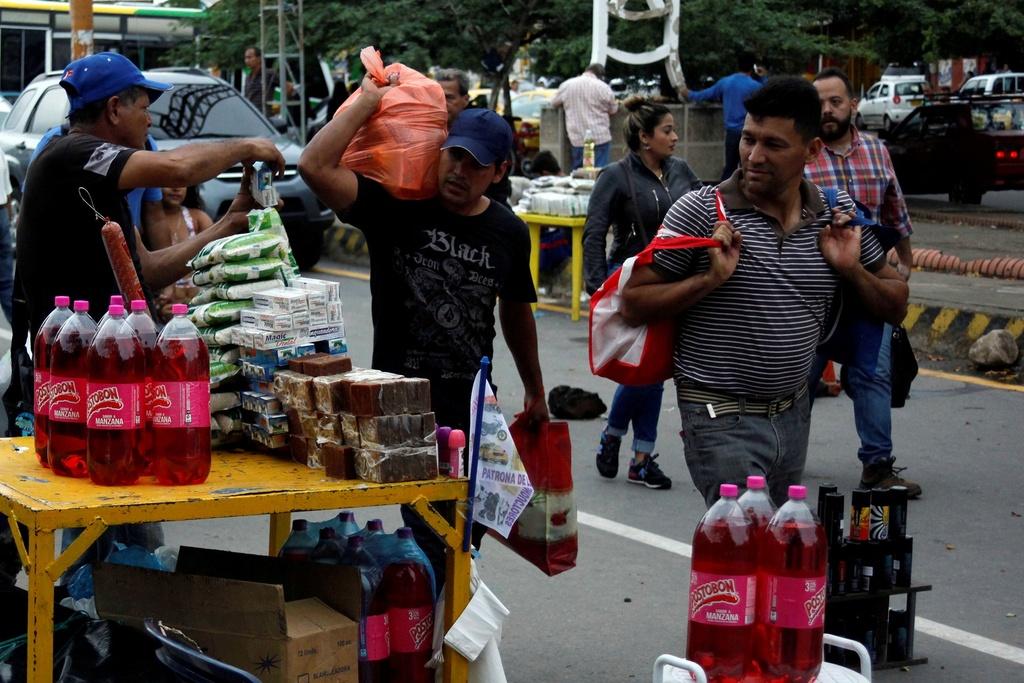 Hang chuc nghin dan Venezuela vuot bien gioi mua hang hoa hinh anh 3