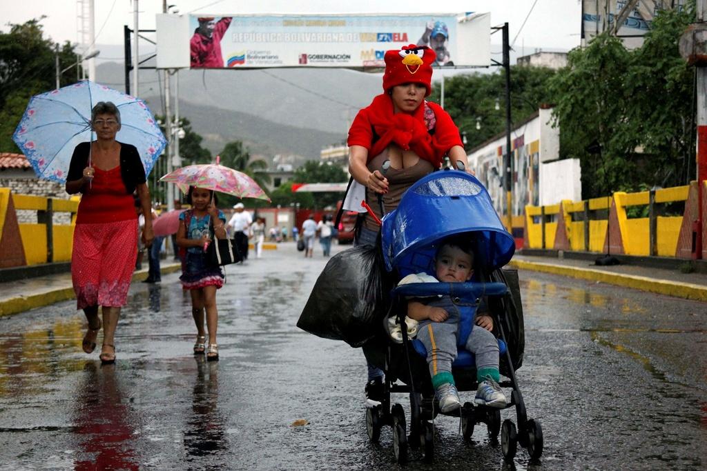 Hang chuc nghin dan Venezuela vuot bien gioi mua hang hoa hinh anh 4