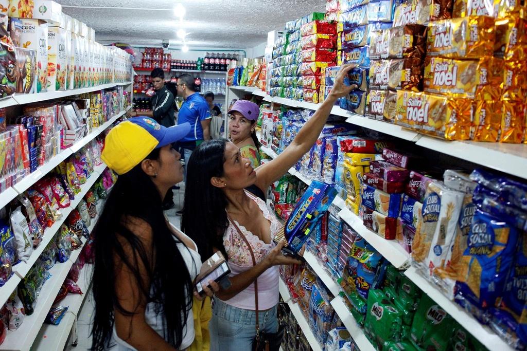 Hang chuc nghin dan Venezuela vuot bien gioi mua hang hoa hinh anh 5