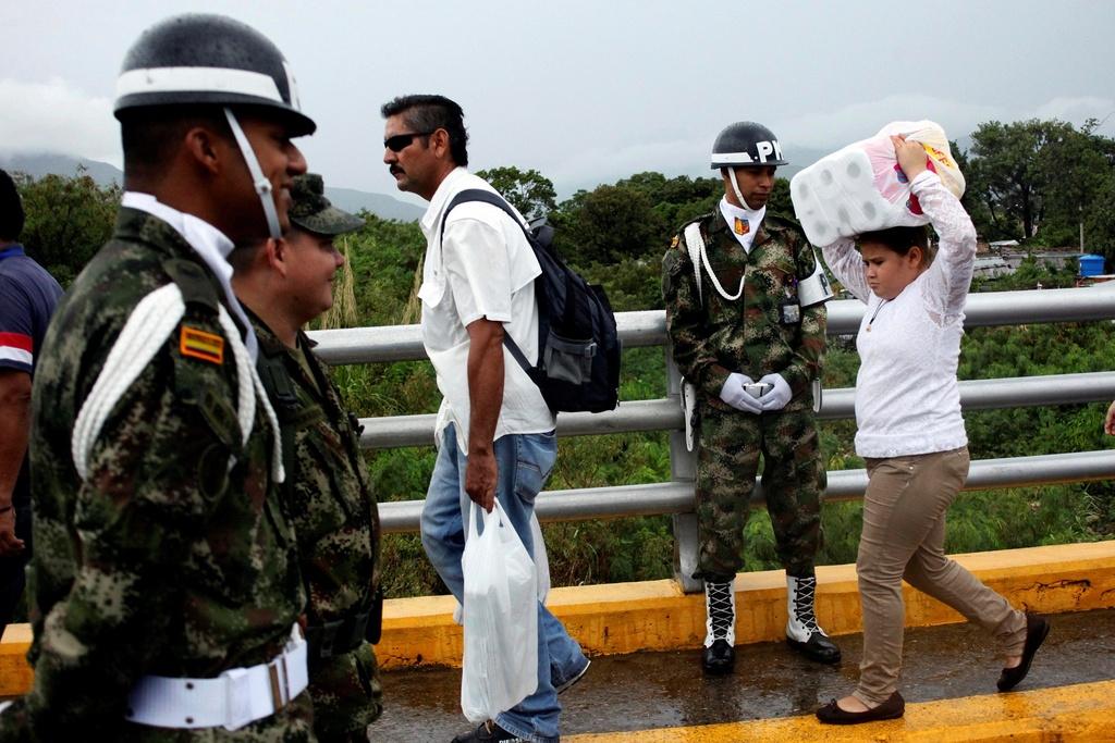 Hang chuc nghin dan Venezuela vuot bien gioi mua hang hoa hinh anh 6