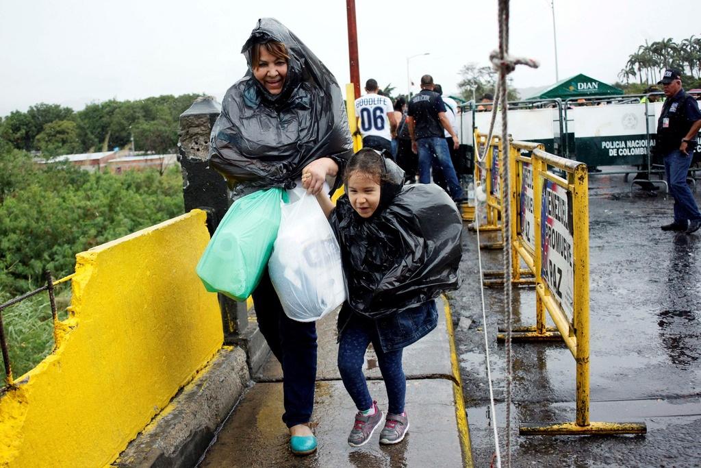Hang chuc nghin dan Venezuela vuot bien gioi mua hang hoa hinh anh 7