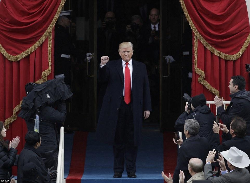 Le nham chuc vang ve va cam xuc doi nghich cua Trump hinh anh 5