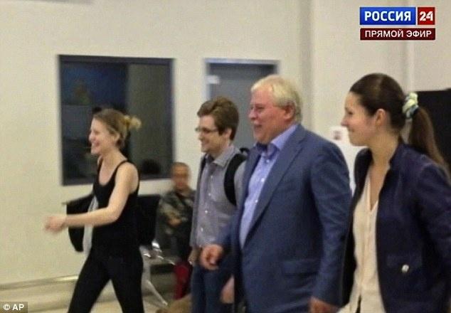 Snowden tron chay: Co thu o Moscow va ke hoach tung hoa mu voi My hinh anh 2