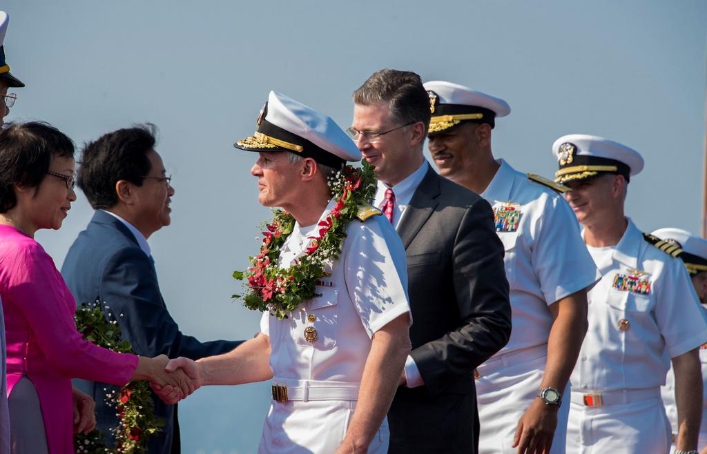 4 ngay 'lich su' cua sieu tau san bay USS Carl Vinson tai Da Nang hinh anh 7