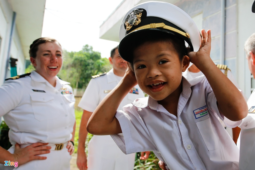 4 ngay 'lich su' cua sieu tau san bay USS Carl Vinson tai Da Nang hinh anh 19