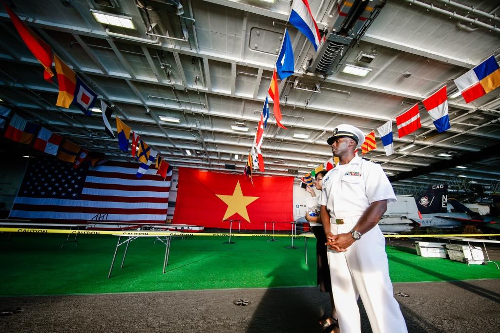 4 ngay 'lich su' cua sieu tau san bay USS Carl Vinson tai Da Nang hinh anh 2