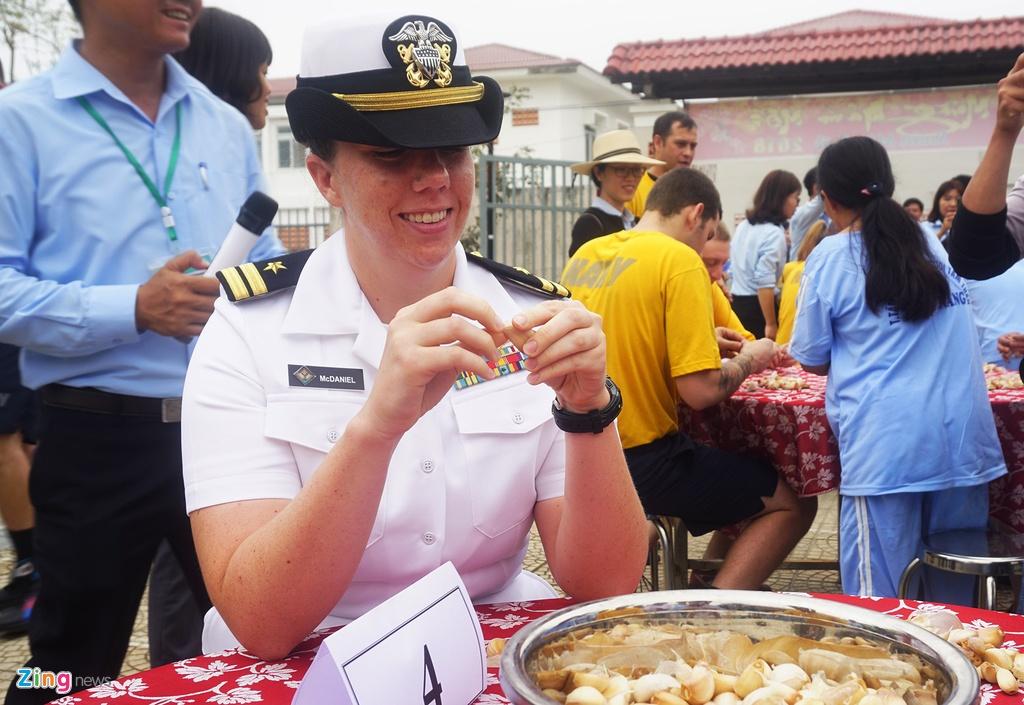 4 ngay 'lich su' cua sieu tau san bay USS Carl Vinson tai Da Nang hinh anh 10