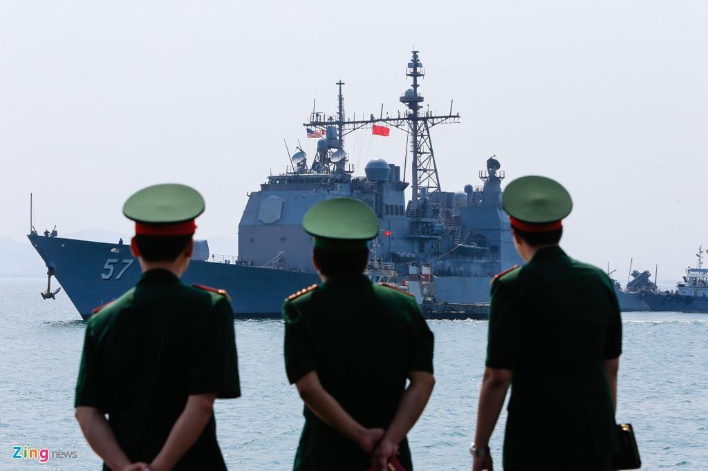 4 ngay 'lich su' cua sieu tau san bay USS Carl Vinson tai Da Nang hinh anh 1