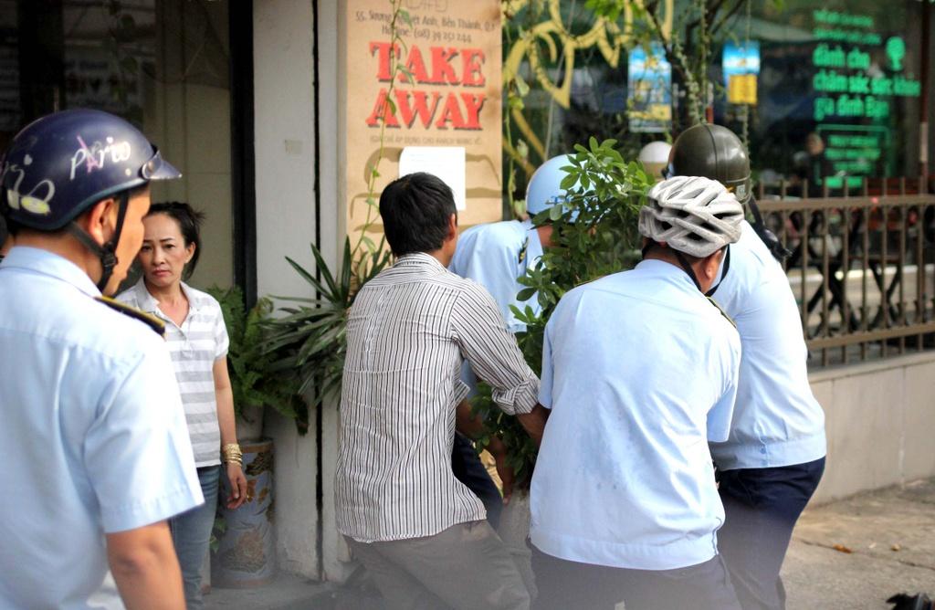 Chu tich phuong Ben Thanh go cua nhac nho tung ho dan lan chiem via he hinh anh 5