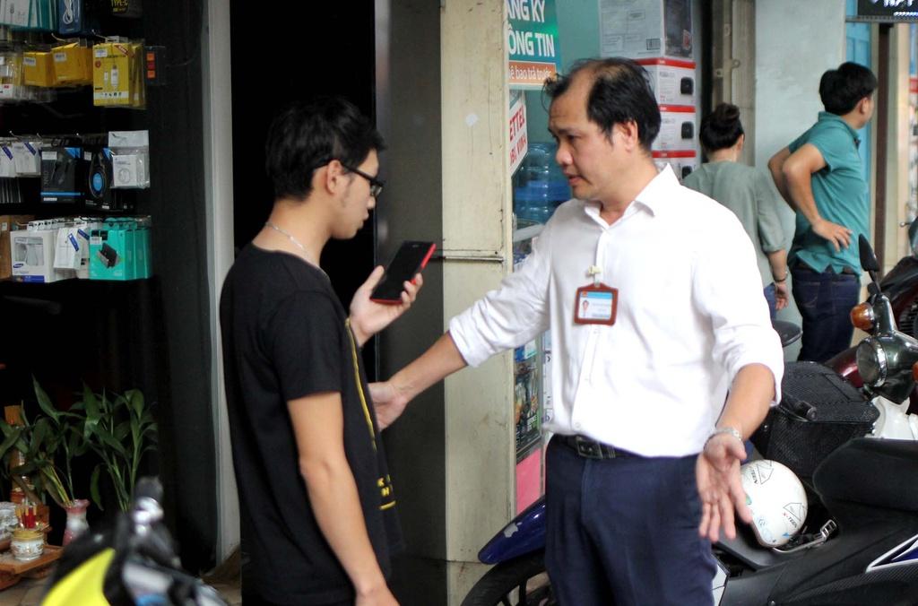Chu tich phuong Ben Thanh go cua nhac nho tung ho dan lan chiem via he hinh anh 4