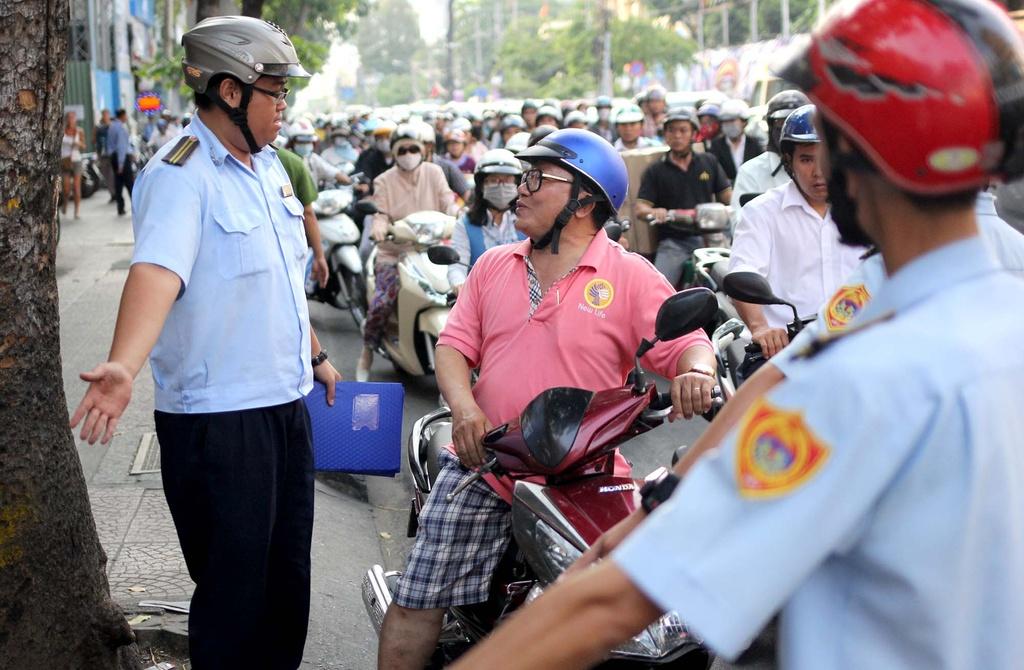 Chu tich phuong Ben Thanh go cua nhac nho tung ho dan lan chiem via he hinh anh 9
