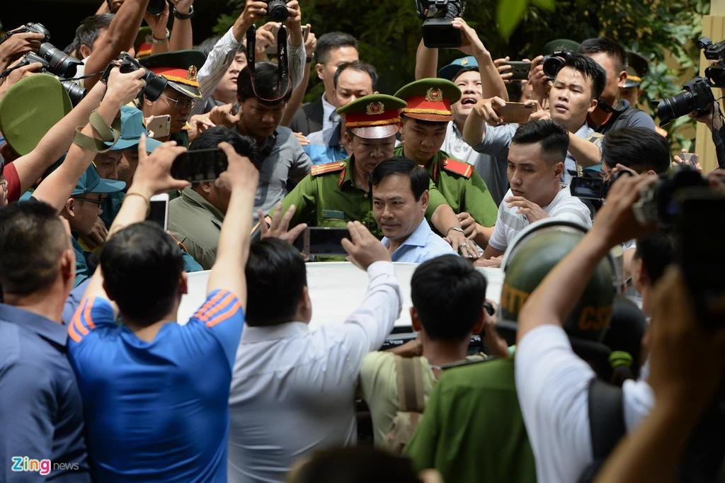Hang chuc canh sat ho tong Nguyen Huu Linh roi toa hinh anh 6