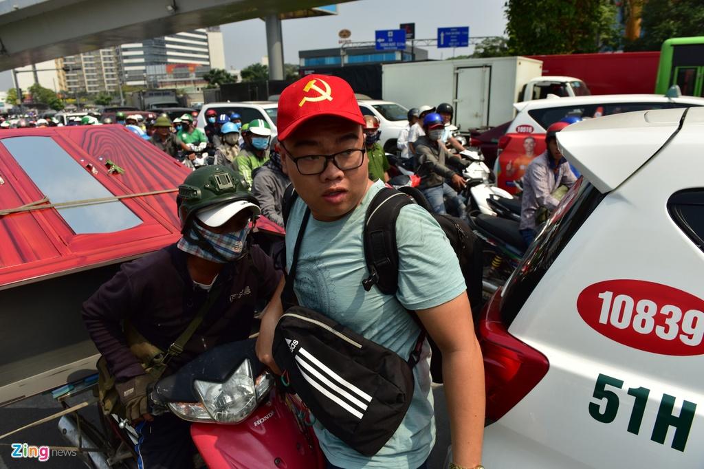 Duong vao Tan Son Nhat ket cung, nhieu nguoi chay bo vao san bay hinh anh 12 TSN09_zing.jpg