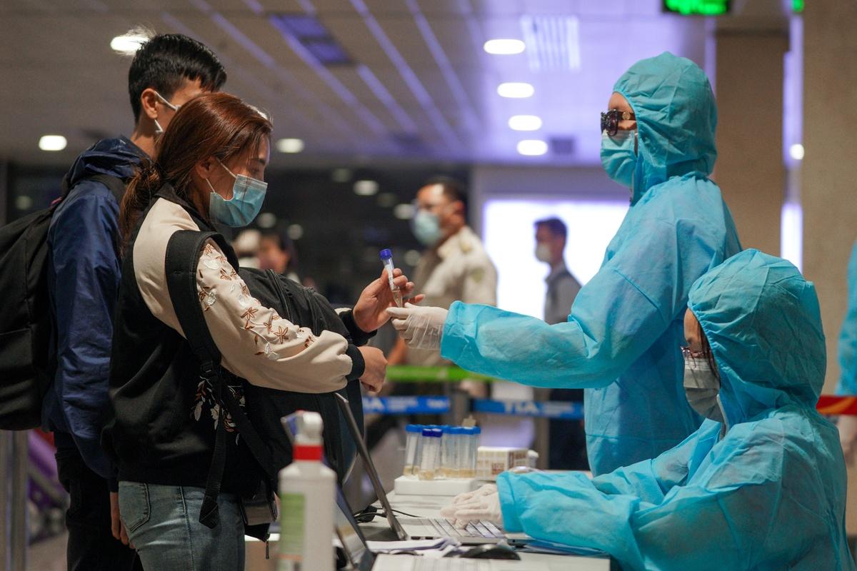 Diễn biến dịch ngày 18/2: Một thợ xây ở Nam Sách (Hải Dương) dương tính SARS-CoV-2; 2 bệnh nhân Covid-19 diễn biến nặng - Ảnh 1.