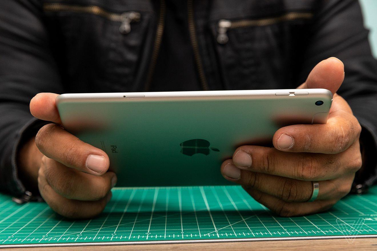 iPad mini nhỏ gọn và rất thoải mái khi cầm trong tay. Ảnh: The Verge.