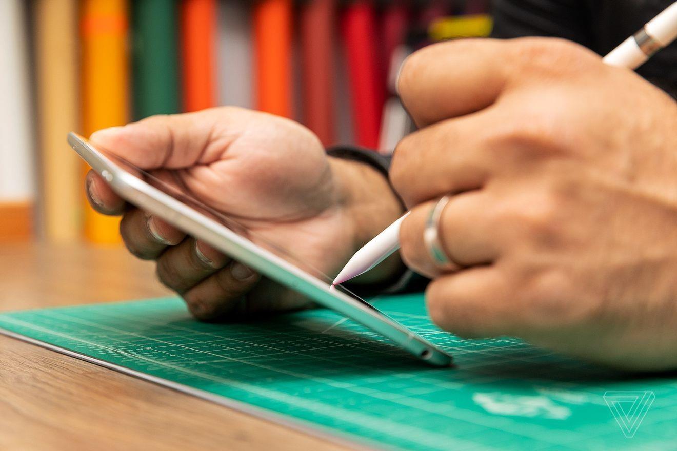 Trải nghiệm viết trên iPad mini trở nên tuyệt vời hơn nhờ kích thước nhỏ gọn. Ảnh: The Verge.