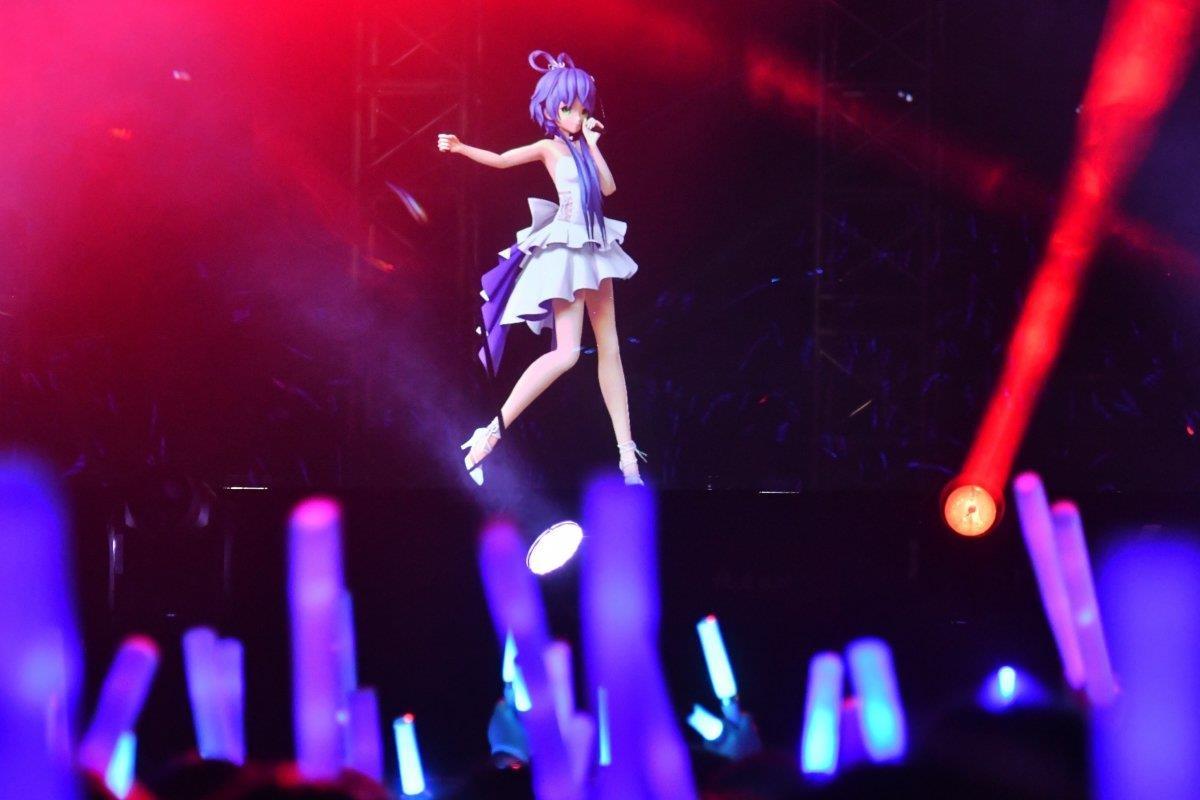 Luo Tianyi có buổi biểu diễn đầu tiên cùng nghệ sỹ thật. Ảnh: SCMP.