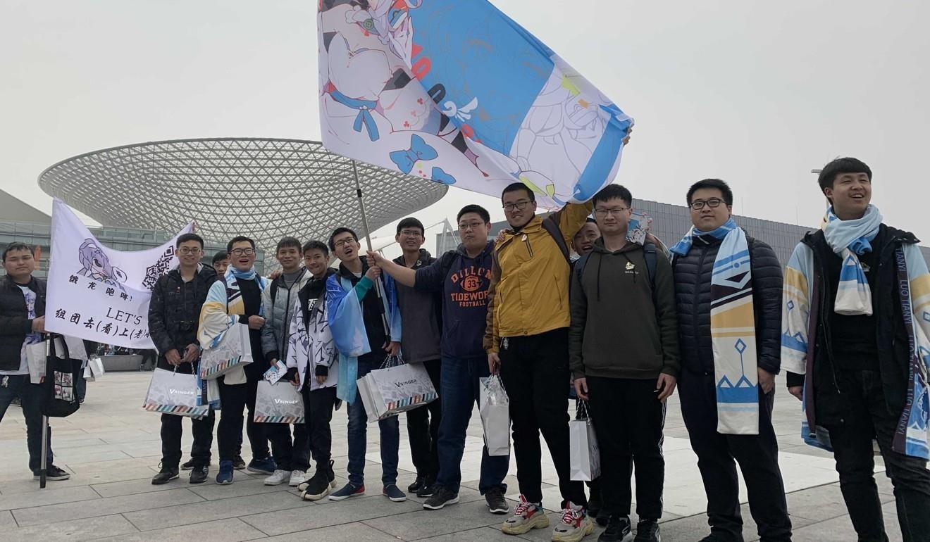 Những fan trung thành của Luo Tianyi trước khi vào xem buổi biểu diễn. Ảnh: SCMP.