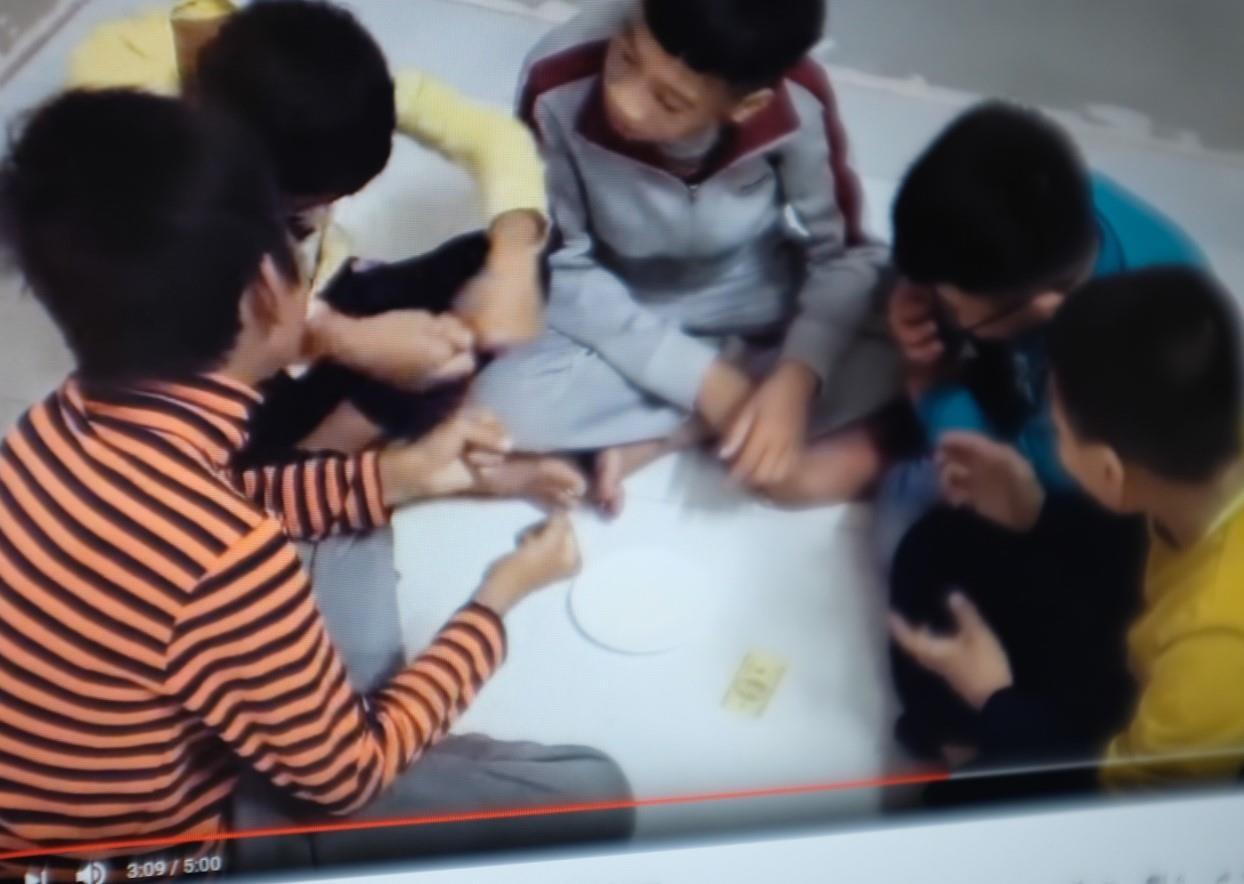 Một video được thực hiện với một nhóm trẻ đang diễn lại cảnh sử dụng ma túy.