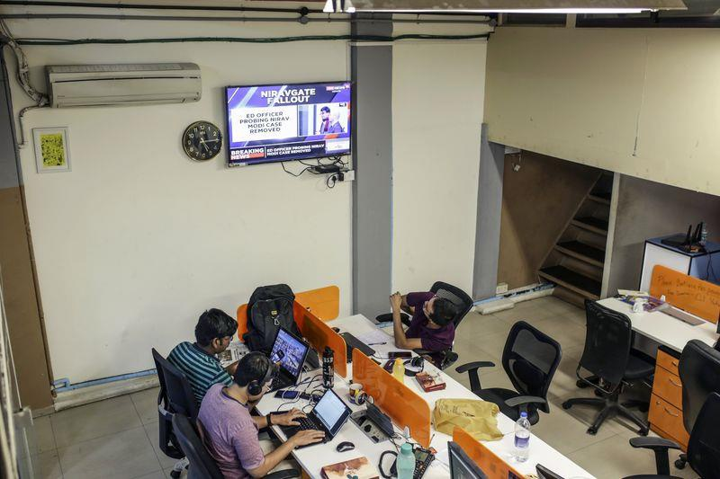 Nhân viên làm việc tại văn phòng Boom Live ở Mumbai. Ảnh: Bloomberg.