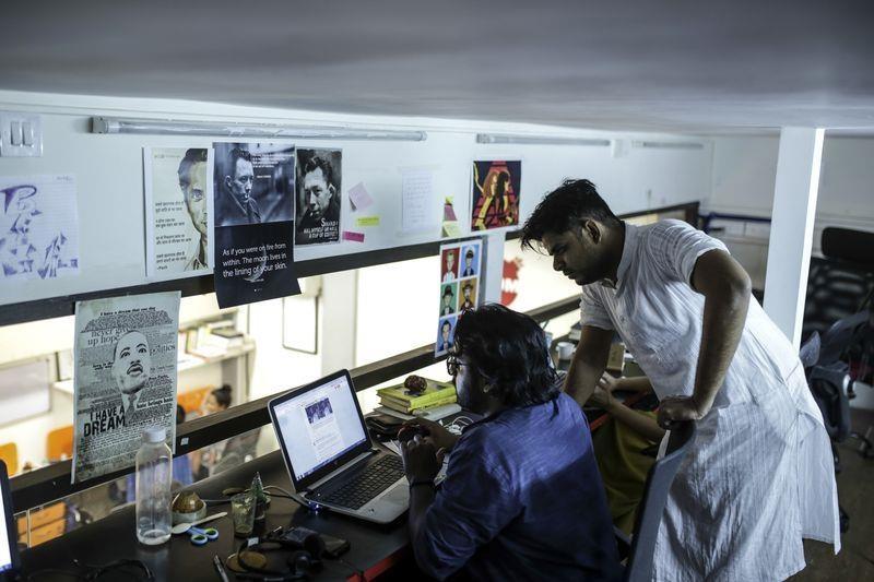 Nhân viên làm việc tại văn phòng của Boom. Ảnh: Bloomberg.