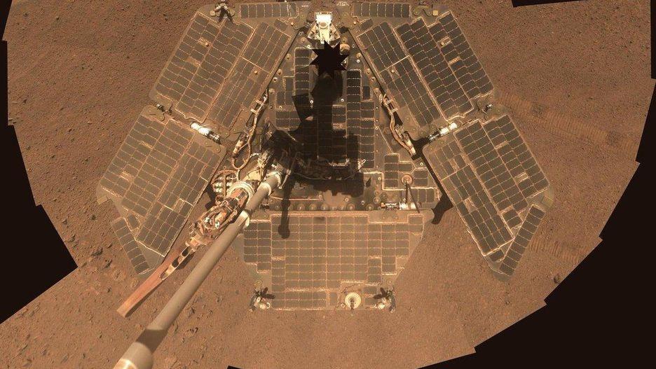 """Opportunity đã di chuyển được 42.65 km trên bề mặt Sao Hỏa, hơn bất kỳ một robot tự hành ngoài trái đất nào. Dù chỉ được thiết kế cho hành trình 90 ngày, nhưng Opportunity đã ngoan cường vượt xa những kỳ vọng dành cho mình. Đó là một kỷ lục chưa một robot nào từng đạt được trong lịch sử. Hành trình của Opportunity đã dừng lại, nhưng hành trình khám phá sao Hỏa của con người thì chưa kết thúc ở đây. Sau Opportunity là Curiosity và Mars 2020, những robot tiếp theo được """"cử"""" lên sao Hỏa để trả lời cho những câu hỏi chưa có đáp án của những nhà khoa học."""
