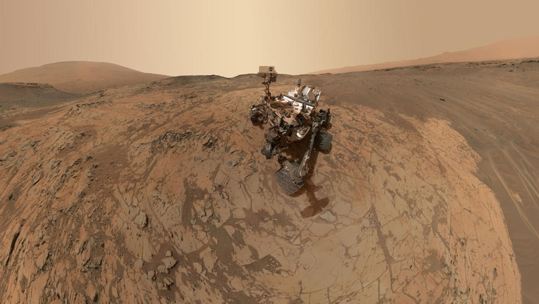 """""""Pin của tôi sắp cạn và trời đang tối dần"""", đó là tin nhắn cuối cùng của Opportunity trước khi NASA hoàn toàn mất liên lạc với robot này vào tháng 6/2018.  Kể từ ngày mất tín hiệu với Opportunity, NASA đã gửi đi hơn 800 tín hiệu với hy vọng những cơn gió của sao Hỏa sẽ thổi lớp bụi trên những tấm pin mặt trời, mang lại năng lượng cho chú robot này. Ảnh: NASA."""