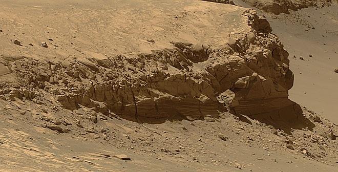 Khi NASA nhận ra Opportunity có thể hoạt động dài hơn con số 90 ngày dự kiến, họ chuyển hướng robot sang nghiên cứu các mỏm đá lớn trên Sao Hỏa. Trong hình là một vách đá lớn cao khoảng 6 m, được Opportunity chụp lại ở khoảng cách 50 m. Ảnh: NASA.