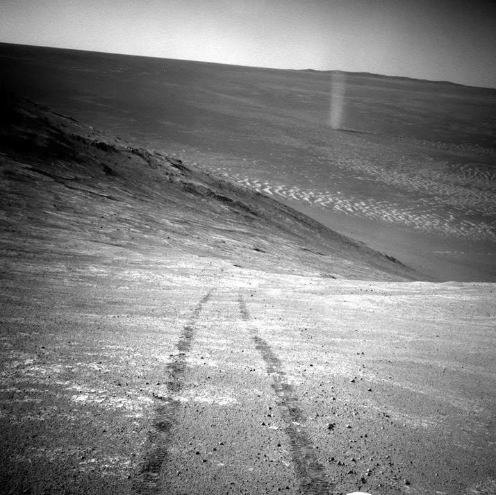 Vào năm 2005, Opportunity bị mắc kẹt trong một đụn cát, không thể di chuyển. Các nhà khoa học phải tính toán đường đi cho nó từng cm một, và sau vài tuần Opportunity mới ra khỏi đụn cát này. Ảnh: NASA.