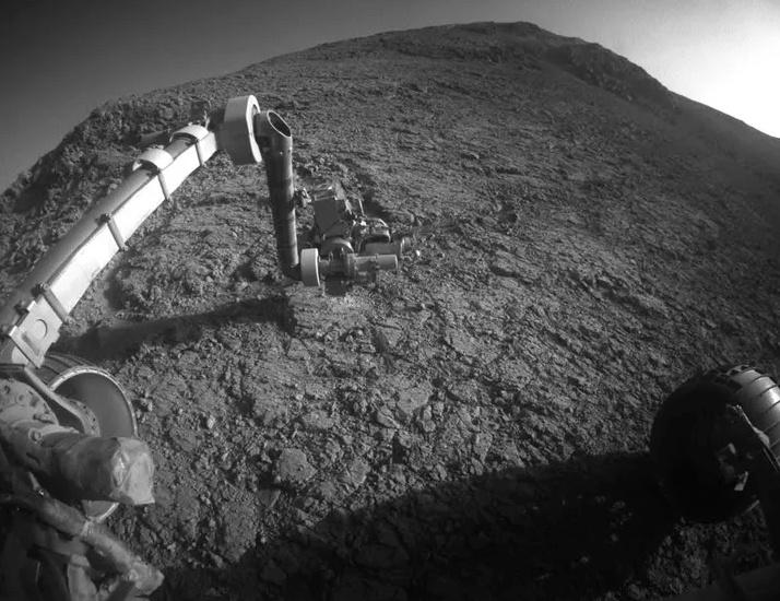 Năm 2007, chú robot này gặp cơn bão bụi đầu tiên, khiến hệ thống bánh lái và cánh tay của Opportunity gặp vấn đề. Đây là ảnh mô phỏng bầu trời trong một cơn bão cát. Ảnh: NASA.