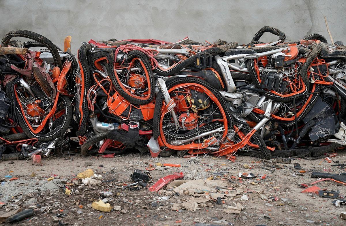 Những bộ phận của chiếc xe có thể được tái chế, nhưng tái chế cũng chỉ giải quyết được một phần nhỏ số lượng xe bị bỏ lại. Ảnh: Reuters.