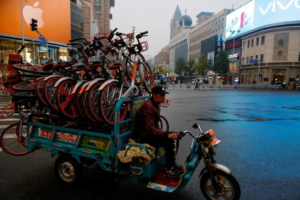 Chính quyền 4 thành phố lớn nhất Trung Quốc: Bắc Kinh, Thượng Hải, Thâm Quyến và Quảng Châu đã đồng loạt cấm các công ty mua thêm xe đạp mới. Bắc Kinh mới đây cũng công bố một chiến dịch thu dọn xe bị bỏ hoặc xe hỏng. Các công ty cũng sẽ có trách nhiệm dọn sạch xe của mình khỏi các con đường, vỉa hè và công viên. Ảnh: Reuters.