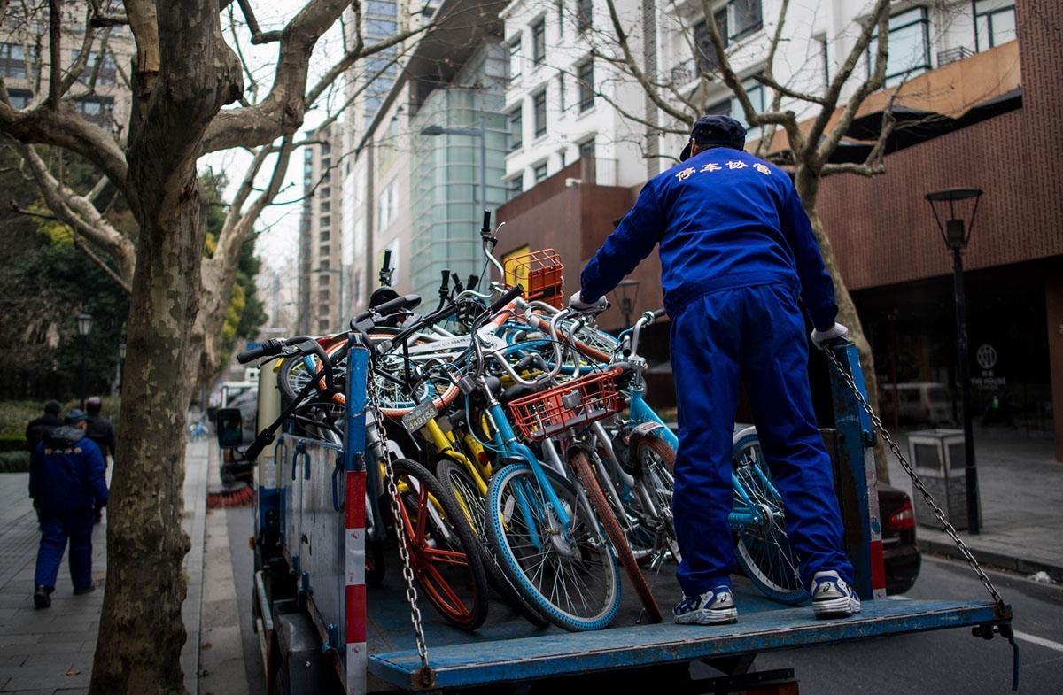 Mobike, một trong những công ty chia sẻ xe đạp lớn nhất Trung Quốc cho biết họ hoàn toàn ủng hộ chiến dịch của thành phố Bắc Kinh. Mobike đã giảm số lượng xe tới hơn 100.000 chiếc từ cuối năm 2017. Công ty này cũng cho biết họ tái chế tất cả những xe cũ, hỏng của mình. Ảnh: Getty.