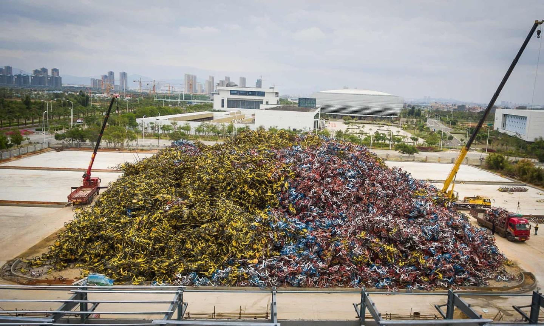 Sau khi trào lưu qua đi, những bãi xe đạp chất đống bị bỏ lại ở các thành phố. Trong ảnh là một bãi xe cũ khổng lồ tại thành phố Hạ Môn, tỉnh Phúc Kiến. Ảnh: Guardian.