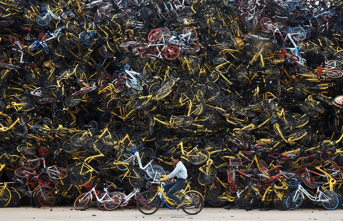 Riêng tại Bắc Kinh, sở giao thông thành phố này ước tính có 1,91 triệu chiếc xe đạp bị bỏ lại sau khi các dịch vụ chia sẻ đóng cửa, tức là cứ 11 người dân thì có 1 chiếc. Trong số đó, chỉ còn khoảng 1 nửa là được sử dụng. Khoảng 955.000 xe còn lại giờ trở thành rác và chất đầy trong thành phố. Trong hình là một bãi xe tại thành phố Hạ Môn. Ảnh: Reuters.